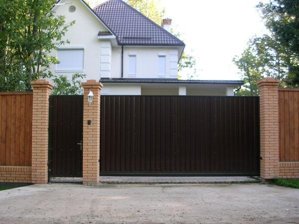 фото откатные ворота с калиткой