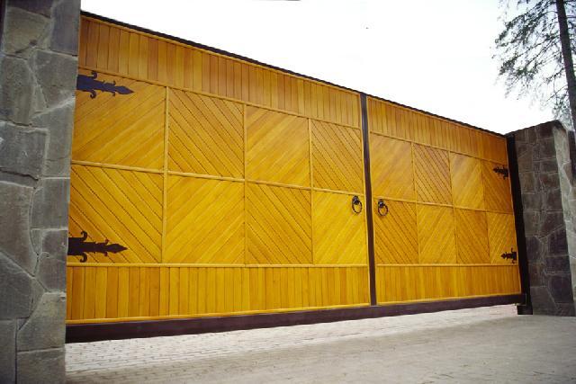металлические распашные двери обшитые деревом